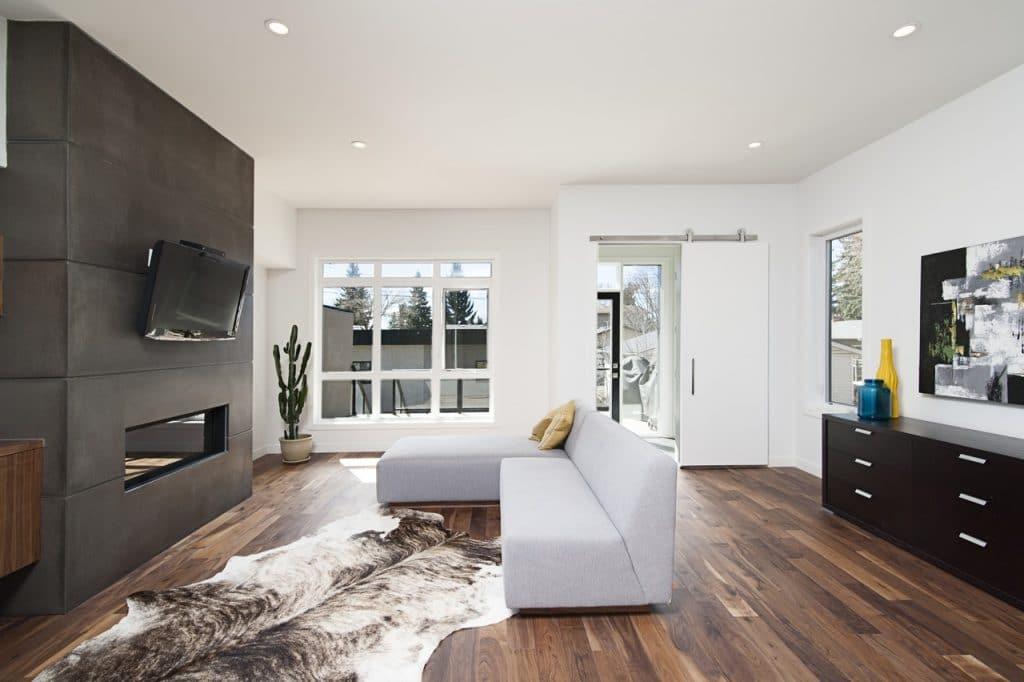 Painel de madeira como suporte para televisão